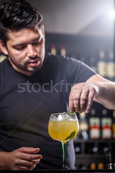 Barman koktajl mięty liści szkła restauracji Zdjęcia stock © grafvision
