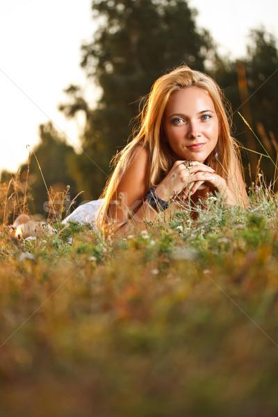 Mujer hermosa hierba sonriendo nina feliz moda Foto stock © grafvision