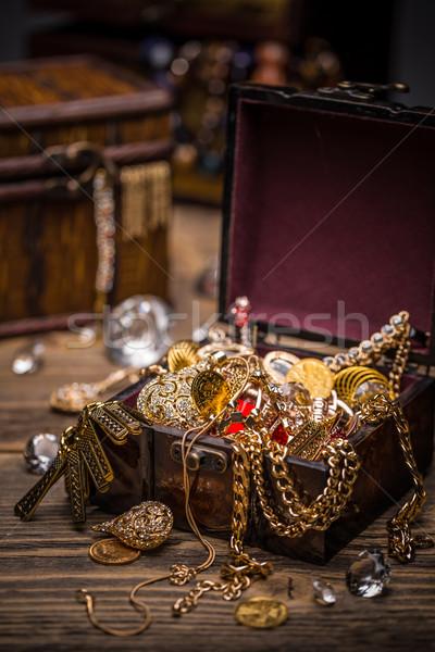 Nyitva kincsesláda tele ékszerek pénz háttér Stock fotó © grafvision