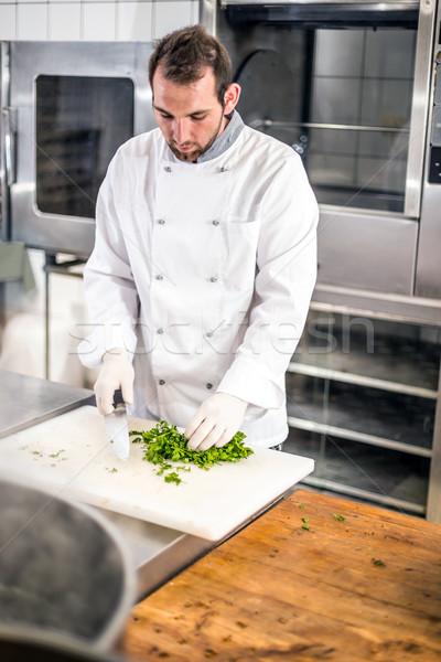Masculina chef picado perejil tabla de cortar alimentos Foto stock © grafvision