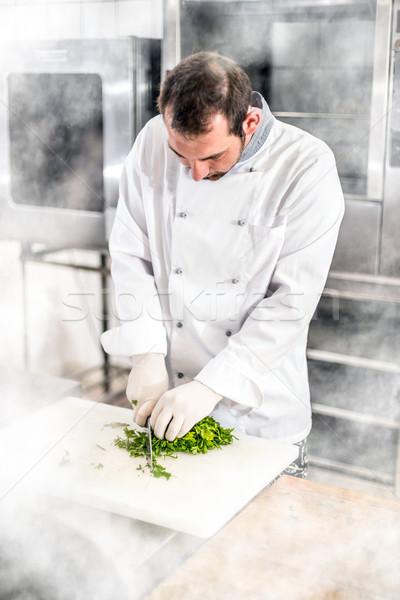 Mannelijke chef gehakt peterselie voedsel Stockfoto © grafvision