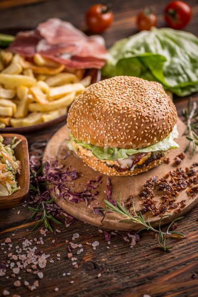 Stok fotoğraf: Taze · lezzetli · Burger · patates · kızartması · ahşap