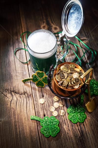 Szkła zielone piwa kocioł monet tle Zdjęcia stock © grafvision