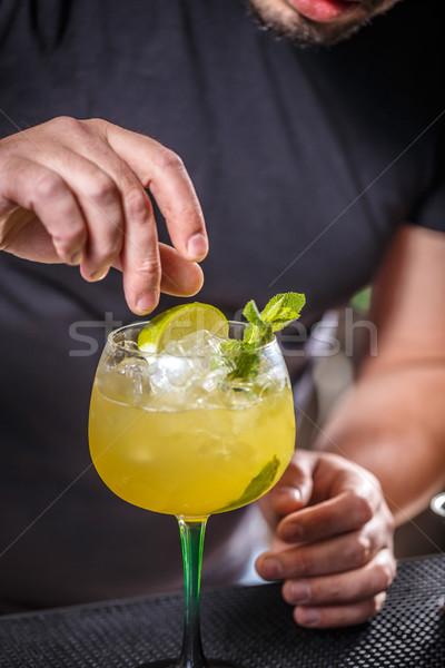 Barman koktajl barman wapno szkła strony Zdjęcia stock © grafvision
