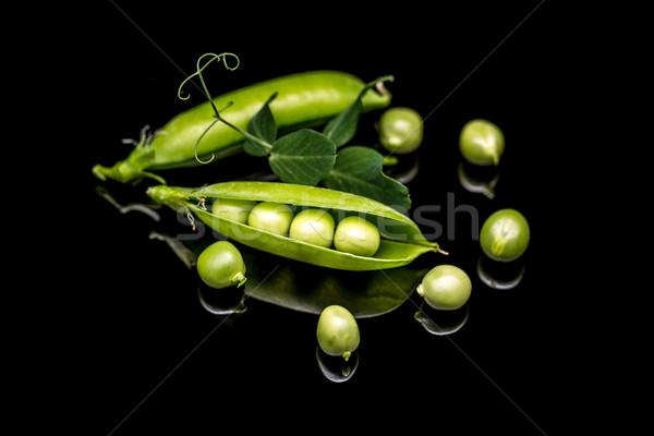 Groene erwten peul zwarte kleur groenten Stockfoto © grafvision