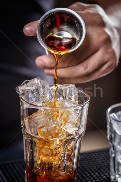 Barman alkoholu szkła lodu strony Zdjęcia stock © grafvision