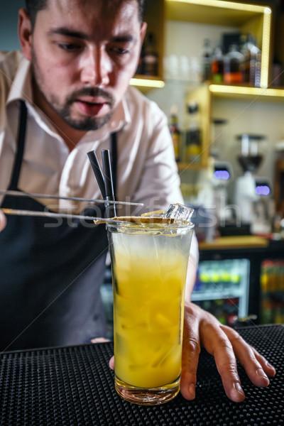 Barman vidrio naranja beber rebanada jengibre Foto stock © grafvision