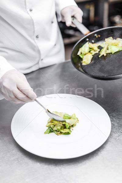 Szakács jéghegy saláta tányér étel kéz Stock fotó © grafvision