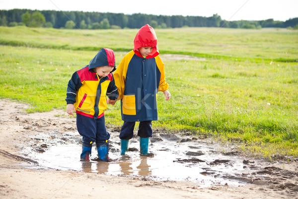 Weinig jongens lopen modder plas gelukkig Stockfoto © grafvision