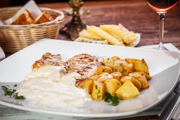 Pollo a la parrilla mama papa queso salsa restaurante Foto stock © grafvision