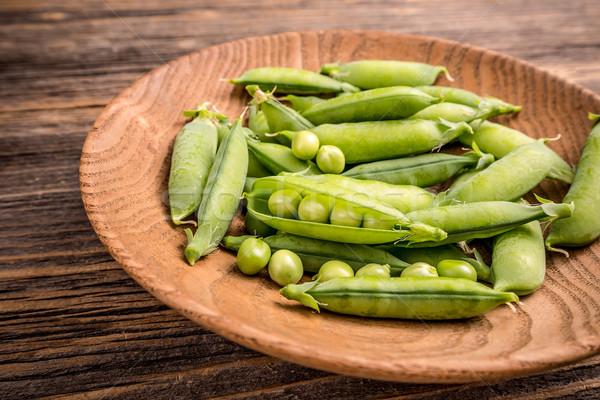 Groene peul erwten houten plaat voedsel Stockfoto © grafvision
