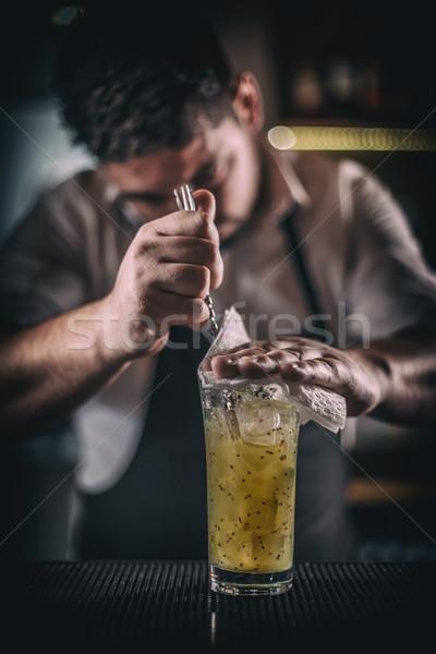Barman cocktail lepel man glas tabel Stockfoto © grafvision