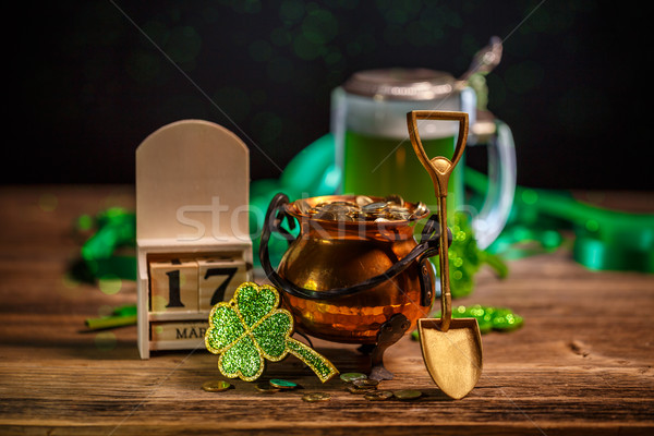 Jour de St Patrick pot or Shamrock calendrier bois Photo stock © grafvision