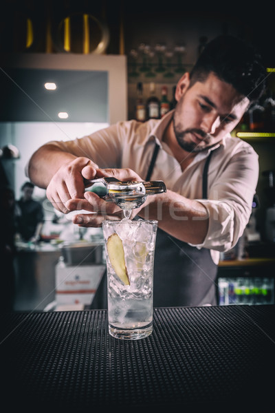 Professionele barman cocktail kalk glas Stockfoto © grafvision
