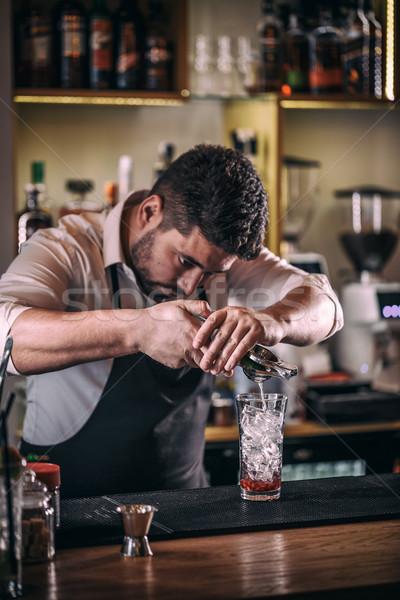 Profesyonel barmen kokteyl kireç cam Stok fotoğraf © grafvision
