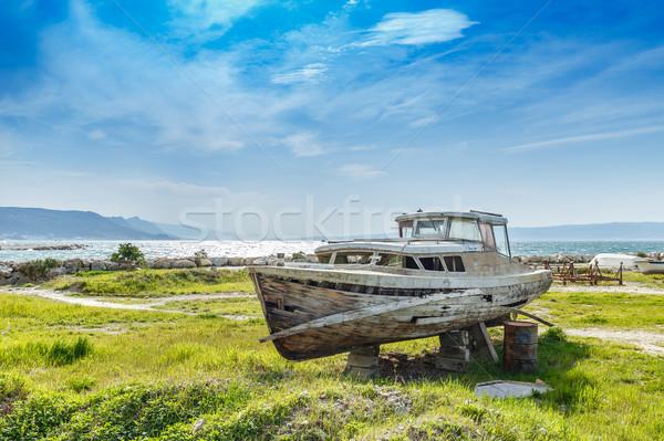 Velho naufrágio barco abandonado suporte grama Foto stock © grafvision