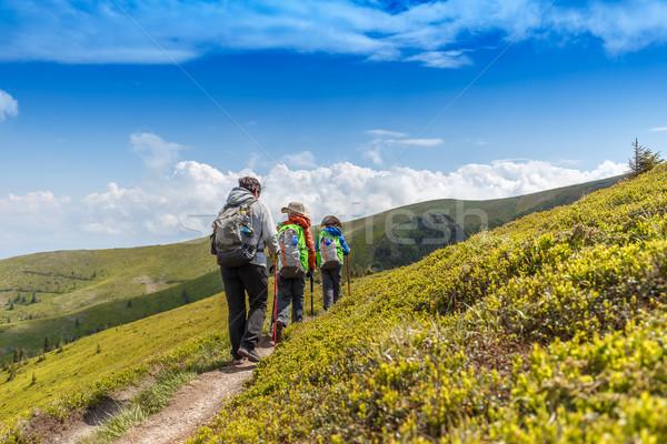 Wandelen vrouw kinderen roemeense bergen ontspanning Stockfoto © grafvision