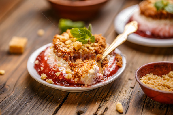 Délicieux cheesecake dessert fraise sauce bois Photo stock © grafvision