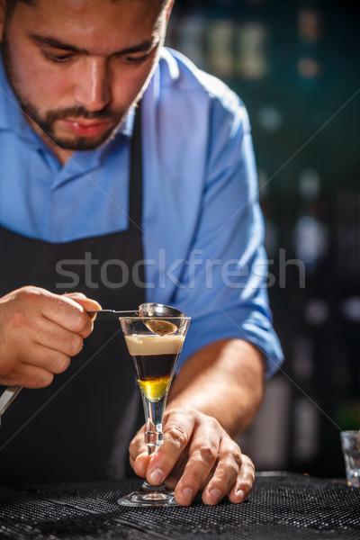 Barkeeper Arbeit erschossen bar Hand Glas Stock foto © grafvision
