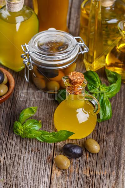 Vetro bottiglie olio d'oliva frutti di bosco tavolo in legno alimentare Foto d'archivio © grafvision