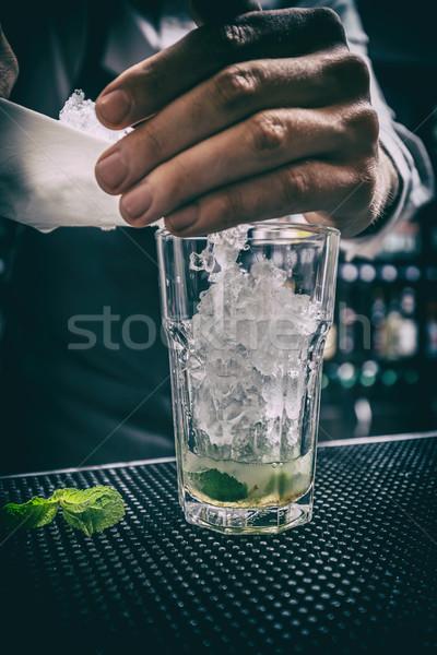 Barman trabajo profesional hielo vidrio beber Foto stock © grafvision