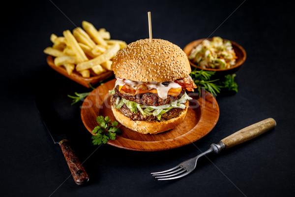Stok fotoğraf: Büyük · lezzetli · Burger · natürmort · patates · kızartması · peynir