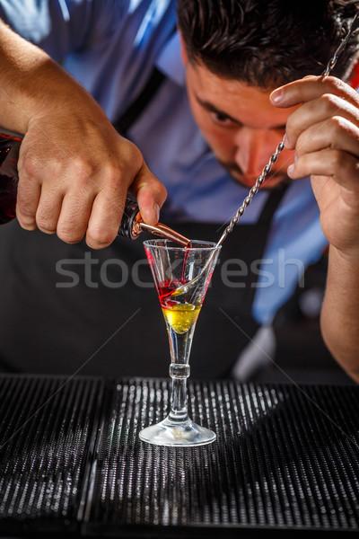 Csapos réteges koktél bár pult kéz Stock fotó © grafvision