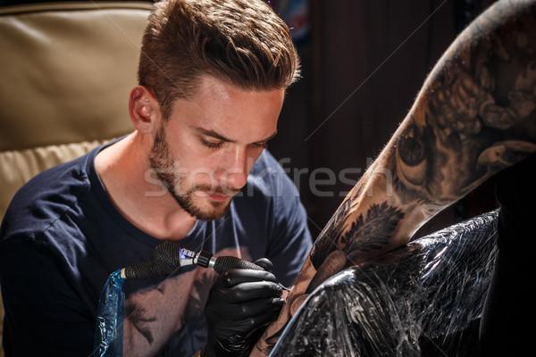 Professionele tattoo kunstenaar jonge man verf Stockfoto © grafvision