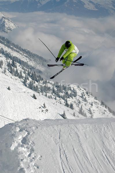 Foto stock: Jóvenes · estilo · libre · esquiador · saltar · alto · montanas