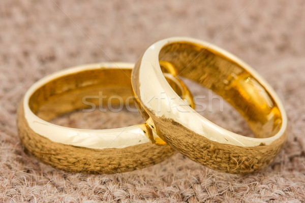 Anéis de casamento pano de saco par dourado amor casal Foto stock © Grazvydas