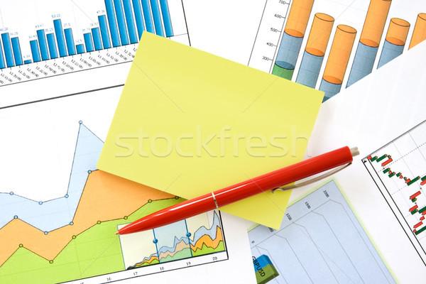 Caneta memorando gráficos vermelho amarelo financeiro Foto stock © Grazvydas