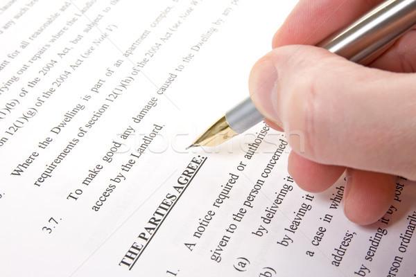 Cliente ler assinar acordo alugar contrato Foto stock © Grazvydas