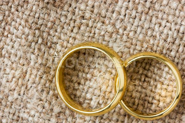Or anneaux toile de jute deux alliances amour Photo stock © Grazvydas