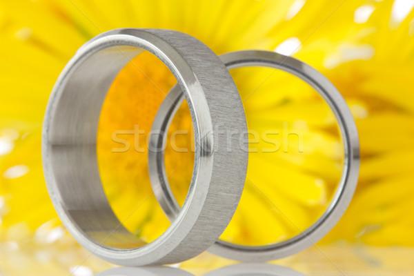 Srebrny pierścienie żółte kwiaty ślub para dar Zdjęcia stock © Grazvydas