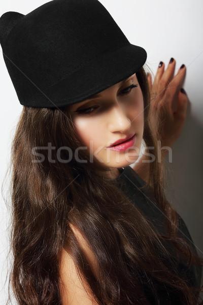 Vintage romantische peinzend vrouw zwarte hoed Stockfoto © gromovataya