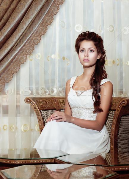 Vrouwelijkheid bruin haar vrouw bruid trouwjurk vergadering Stockfoto © gromovataya