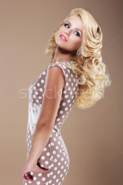 Kecses nő retro pötty ruha néz Stock fotó © gromovataya