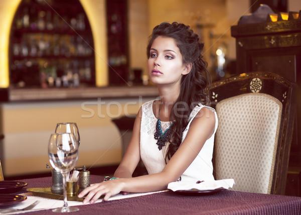 Datant femme attente décoré table Photo stock © gromovataya