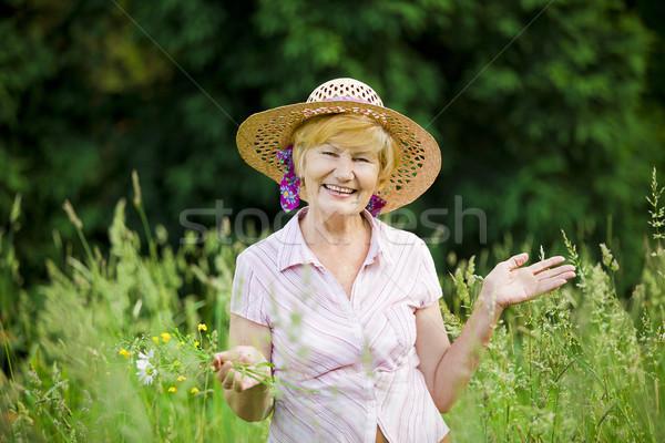 öröm barátságos boldog érett nő szalmaszál kunyhó Stock fotó © gromovataya