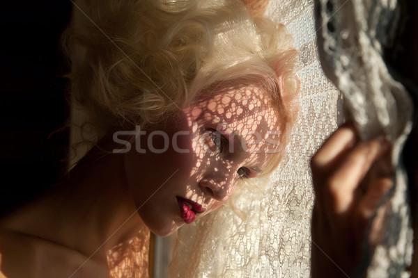 Piękna patrząc na zewnątrz okno młoda dziewczyna Zdjęcia stock © gromovataya