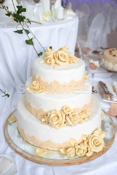 Drie bruidstaart voedsel tabel rozen vakantie Stockfoto © gsermek