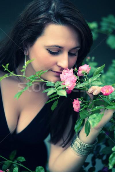 Romantikus portré lány rózsák virág levél Stock fotó © gsermek