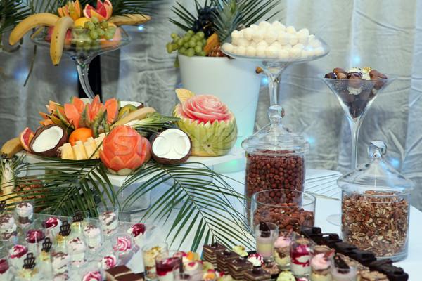 Tropische vruchten geserveerd banket vergadering vruchten cake Stockfoto © gsermek