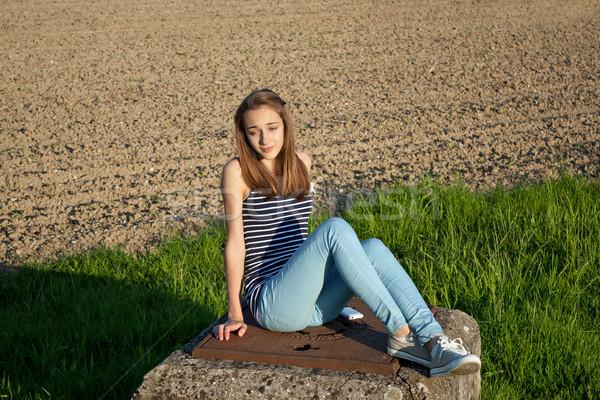 Cute tienermeisje veld vrouw gelukkig zon Stockfoto © gsermek