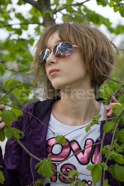 Genç kız park kız bahar yaprak gözlük Stok fotoğraf © gsermek