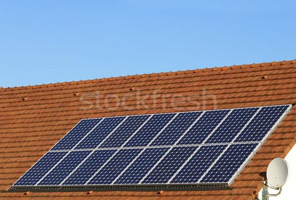 Energii ze źródeł odnawialnych panele słoneczne dachu domu zielone elektrycznej Zdjęcia stock © guffoto