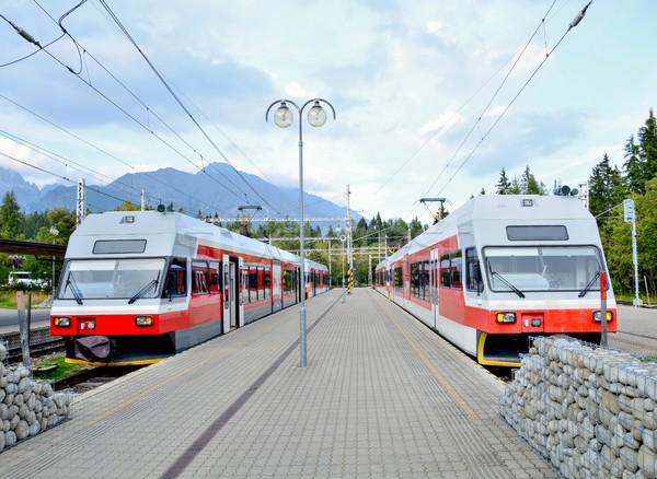 鉄道駅 コミューター 電気 列車 高い 山 ストックフォト © hamik