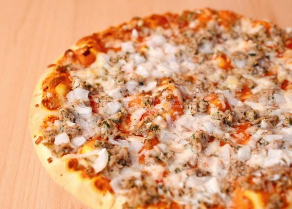 Atum pizza molho de tomate queijo cebola mesa de madeira Foto stock © hamik