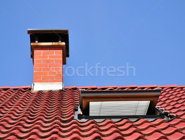 Foto stock: Vermelho · telhado · chaminé · azulejos · um · janela