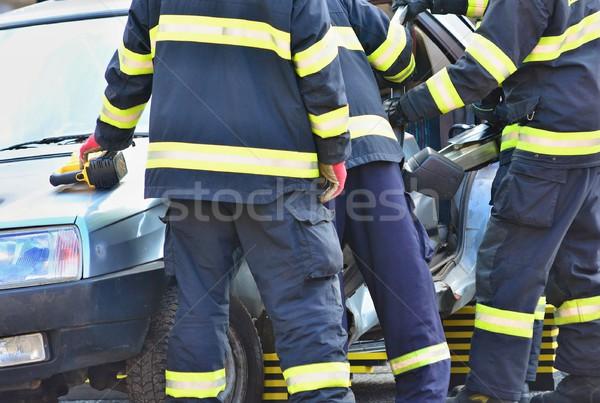 Voiture accident pompiers médecins aider pilote Photo stock © hamik